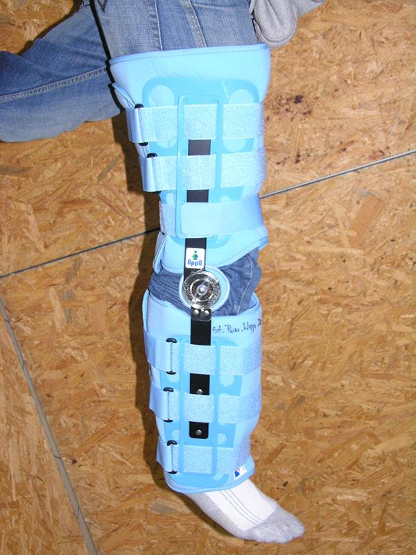 Aparat szynowo-opaskowy na kończynę dolną z systemem zegarowym